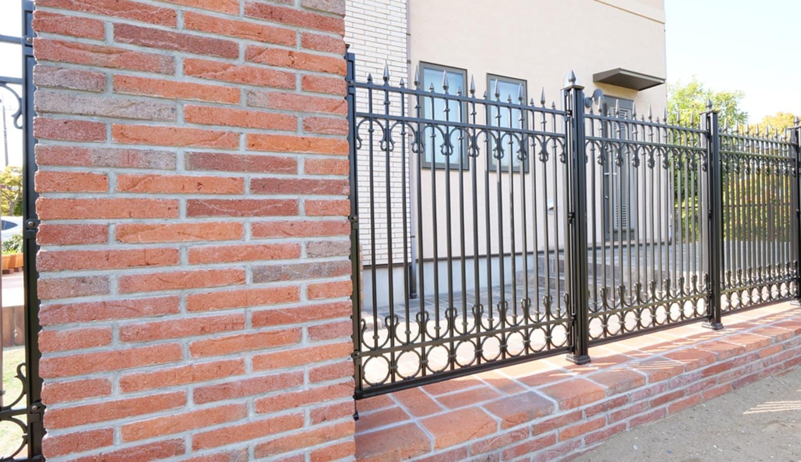 ハーバーブリックとアイアンフェンスを使用した門柱