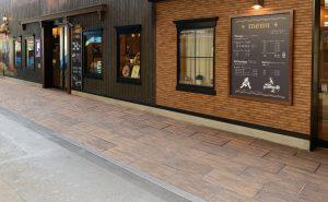 アクシアヴィレッジ-オールディブラウンを店舗前に使用