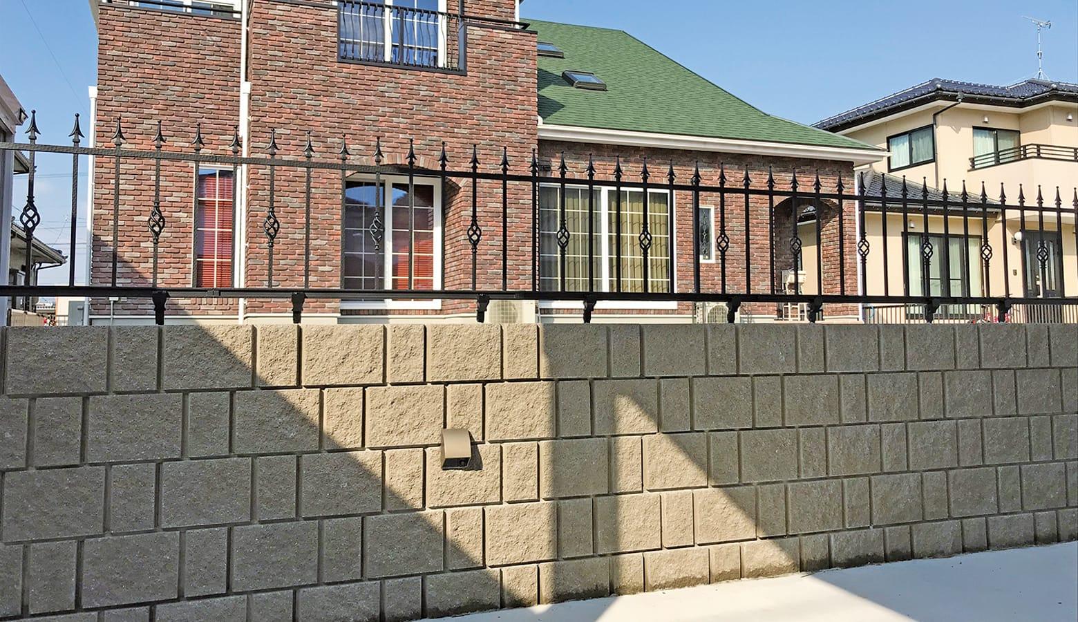 REリブ2SP_ナチュラルブラウン_鋳物フェンスと組み合わせることで重厚感のある塀に
