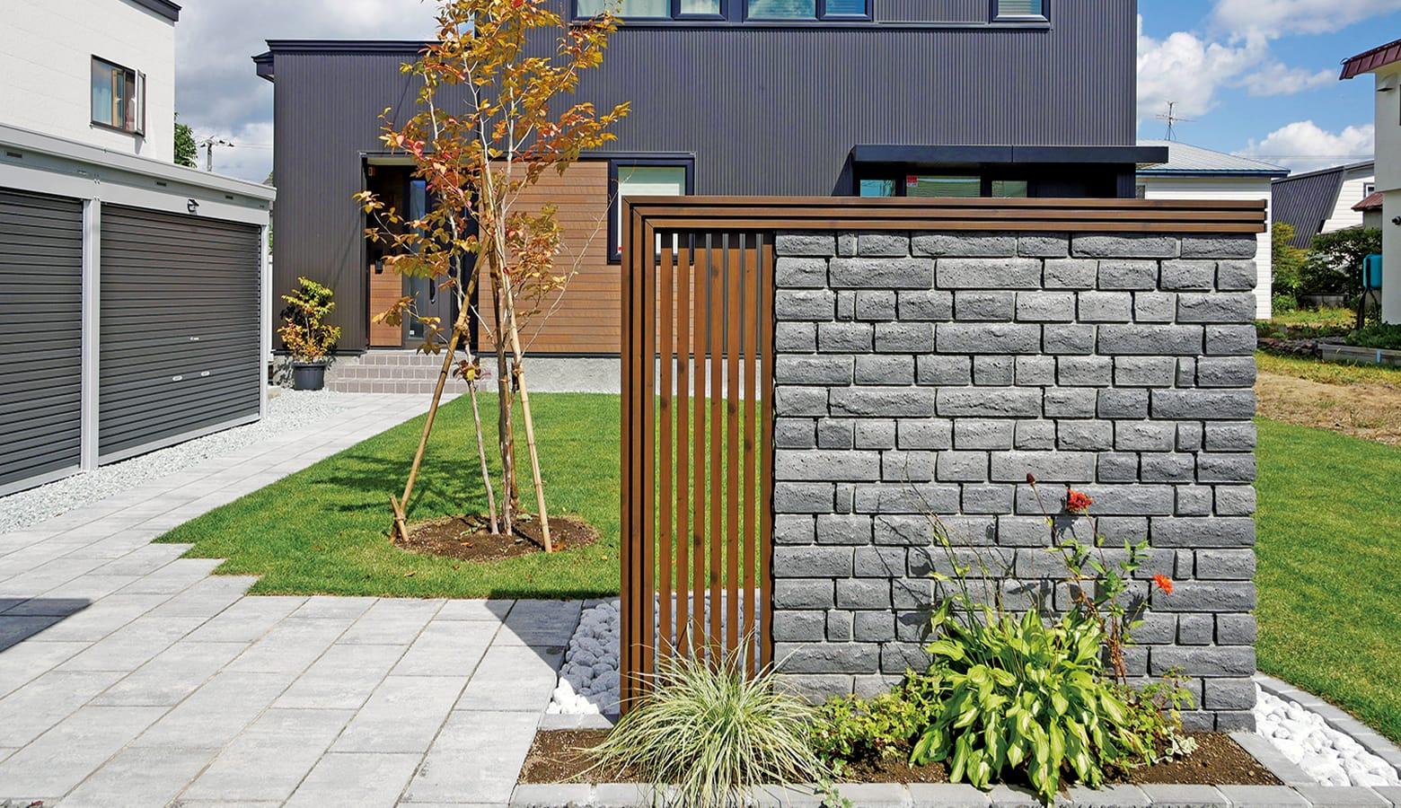 異素材を組み合わせた素敵な門塀_ベスロック・ネオ_オニキス