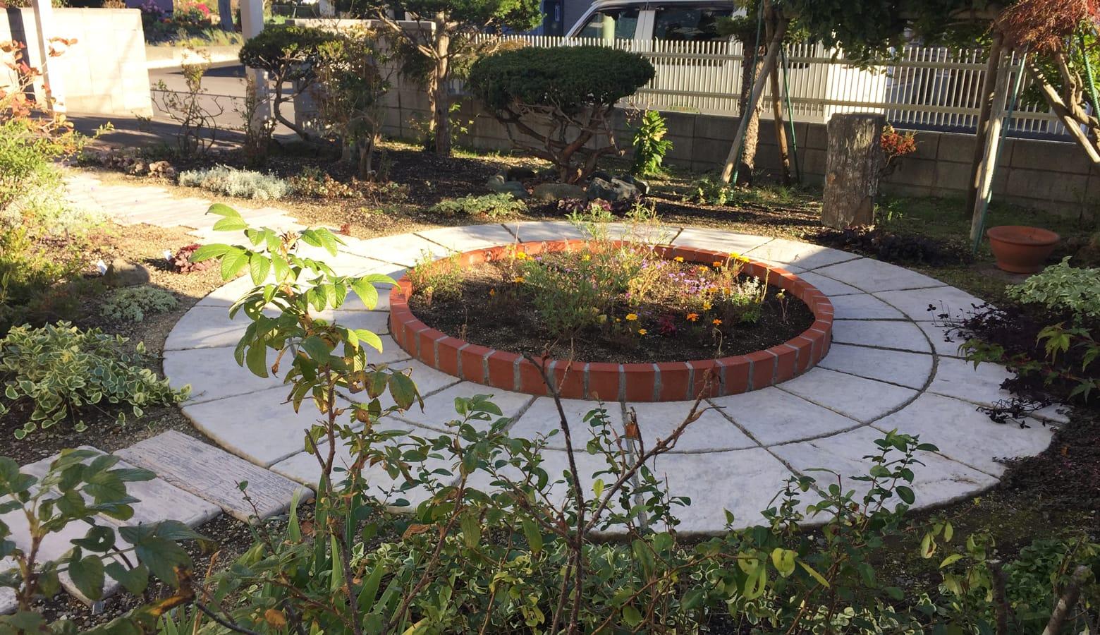 サークル花壇が庭のシンボルになっています