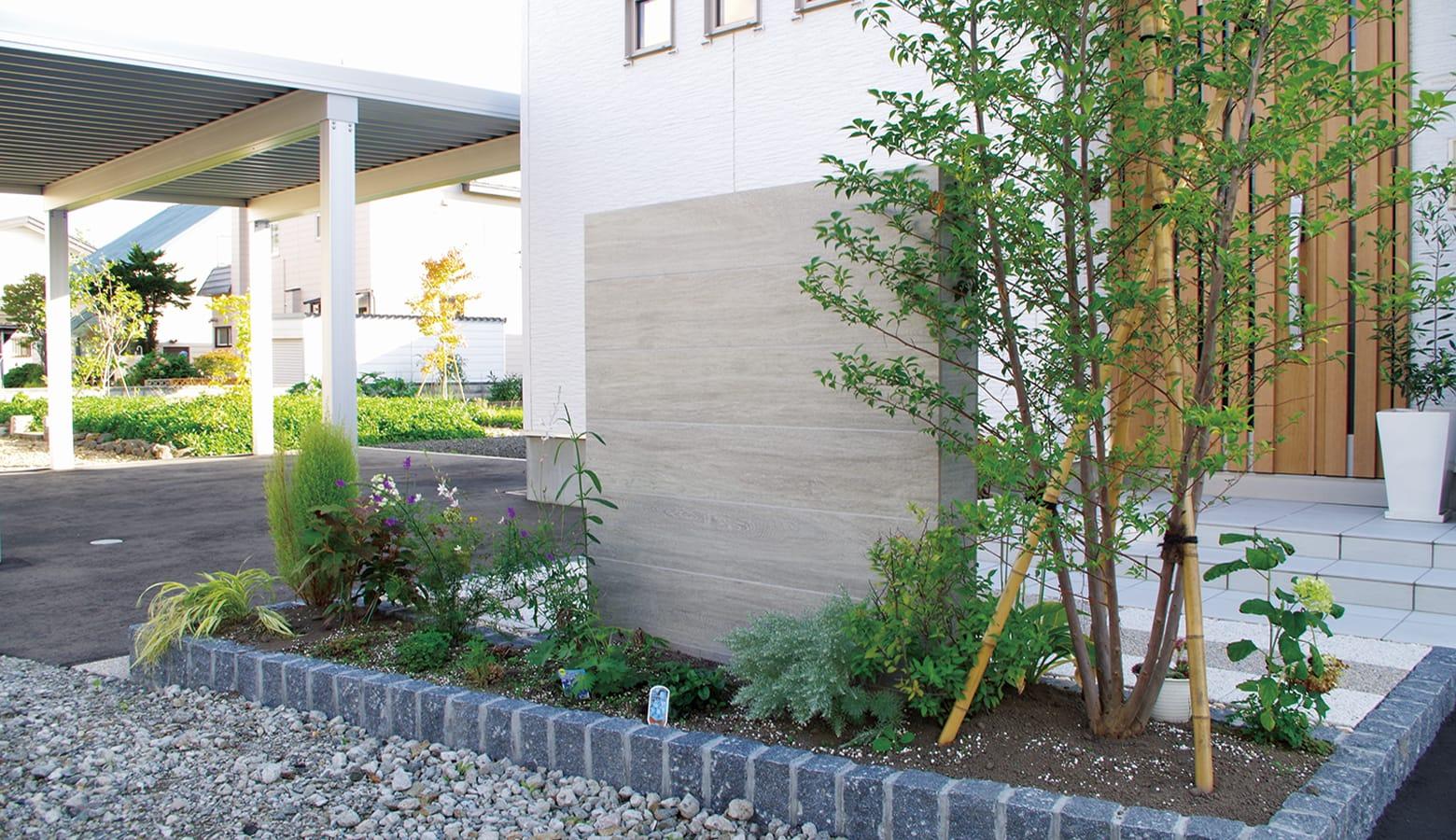 植栽とマッチした木調の門塀