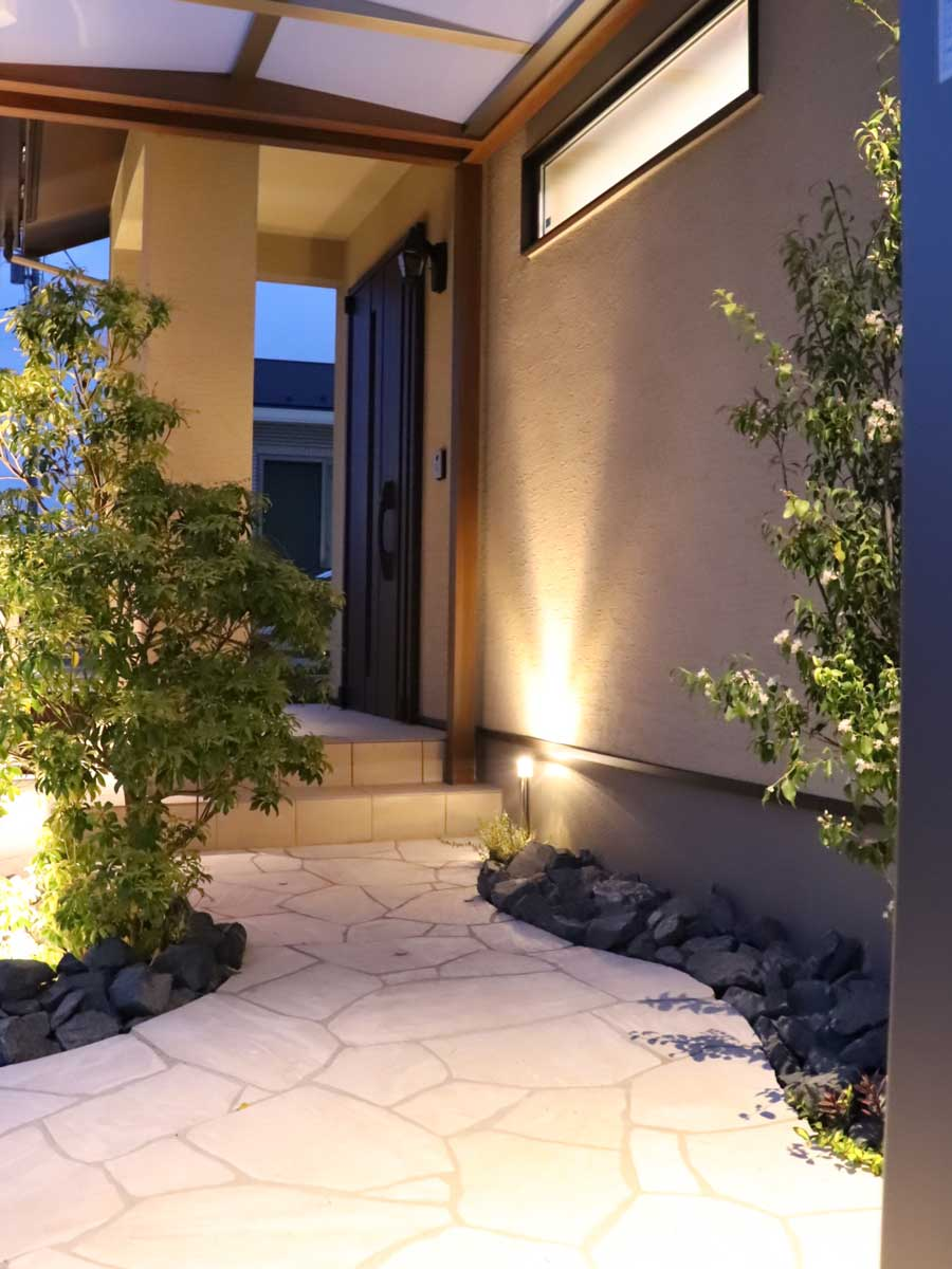 玄関周りに高級感のある白系の天然石