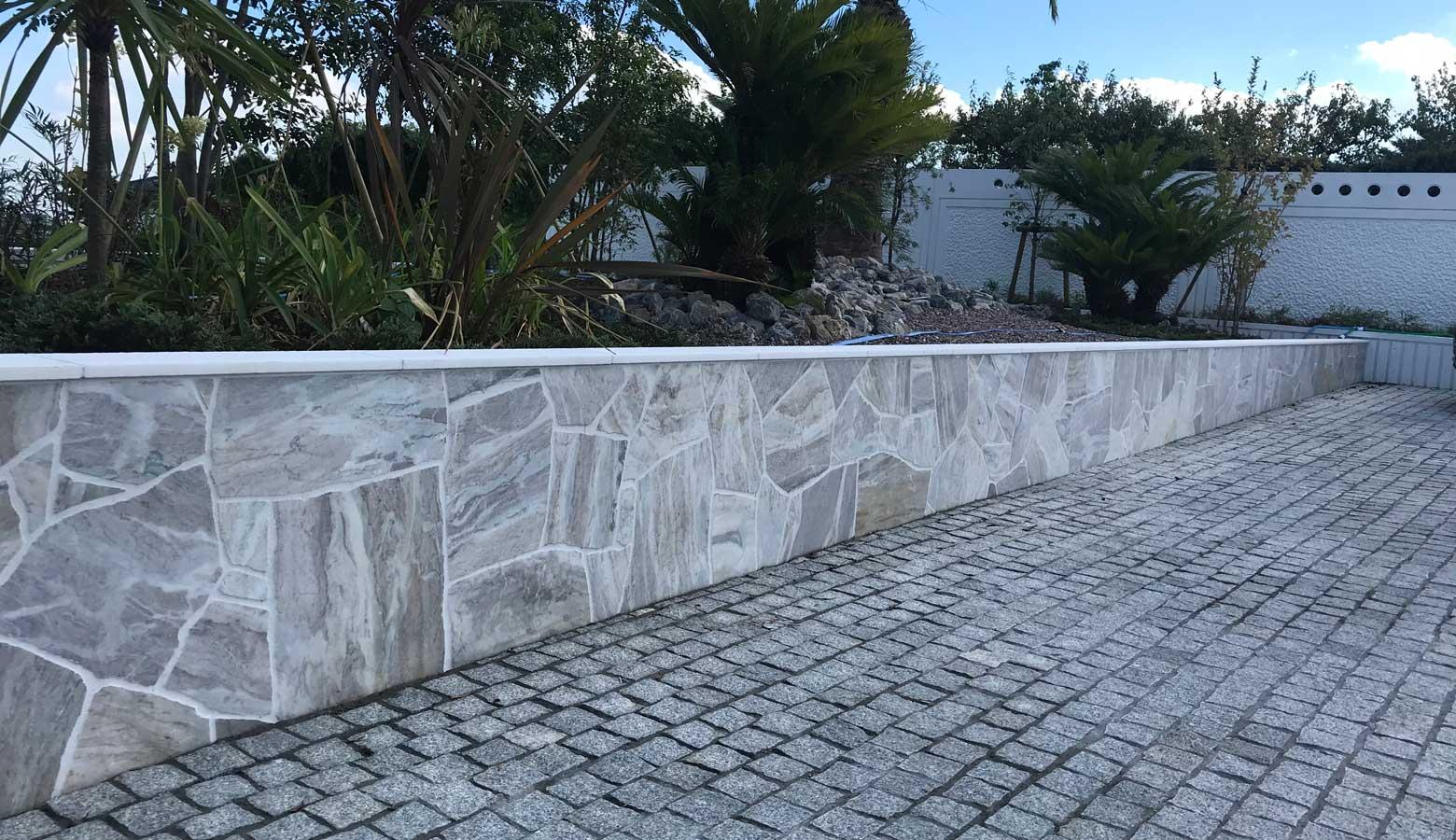 気品を感じる天然石を貼った塀