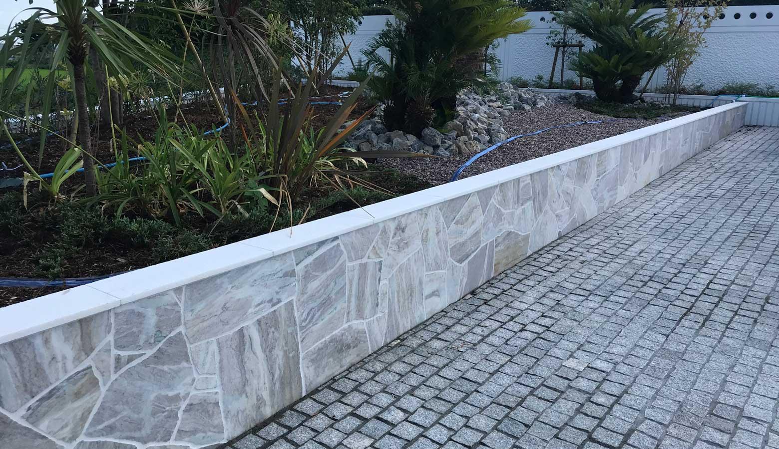 塀に天然石を貼ることで高級感を演出
