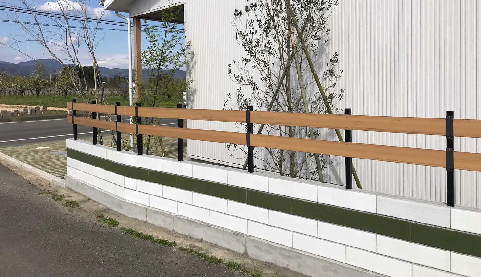 ウッドフェンスと合わせたナチュラルデザインな塀-ブリエ