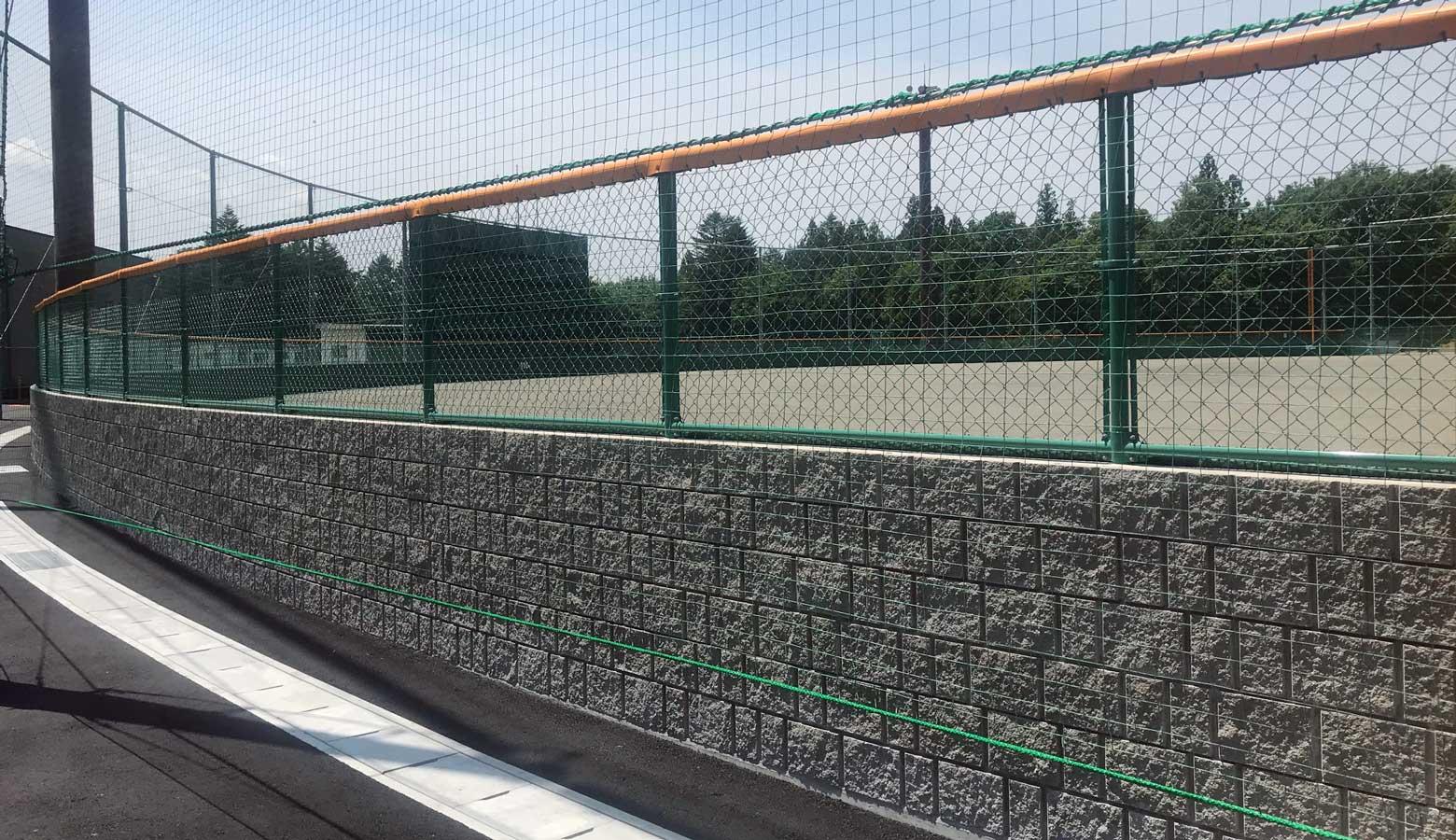 外からも美しい球場の外野を囲う擁壁ブロック