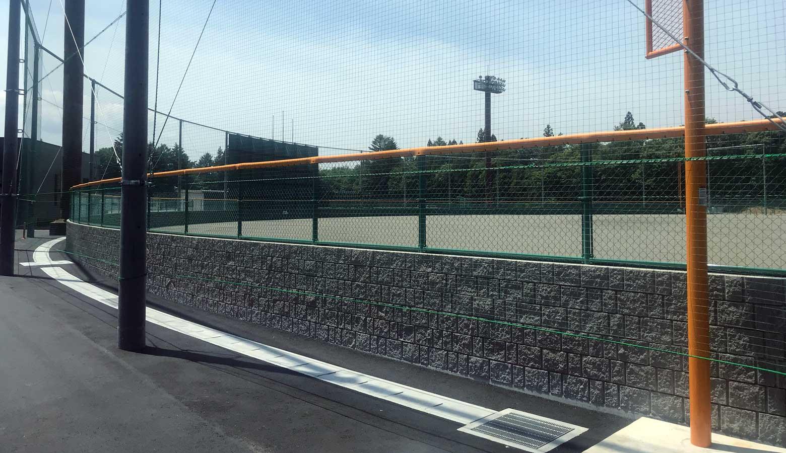 球場の外野を囲うRECOM2SP180グレー