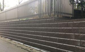 ABロック12°ブラウンを使用した重厚感のあるブロックの石垣