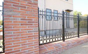 ハーバー・ブリッククラシコを使用したヴィンテージな門まわり