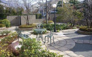 アクシア・サークルとアクシア・トラッドを使用したカフェスタイルのお庭